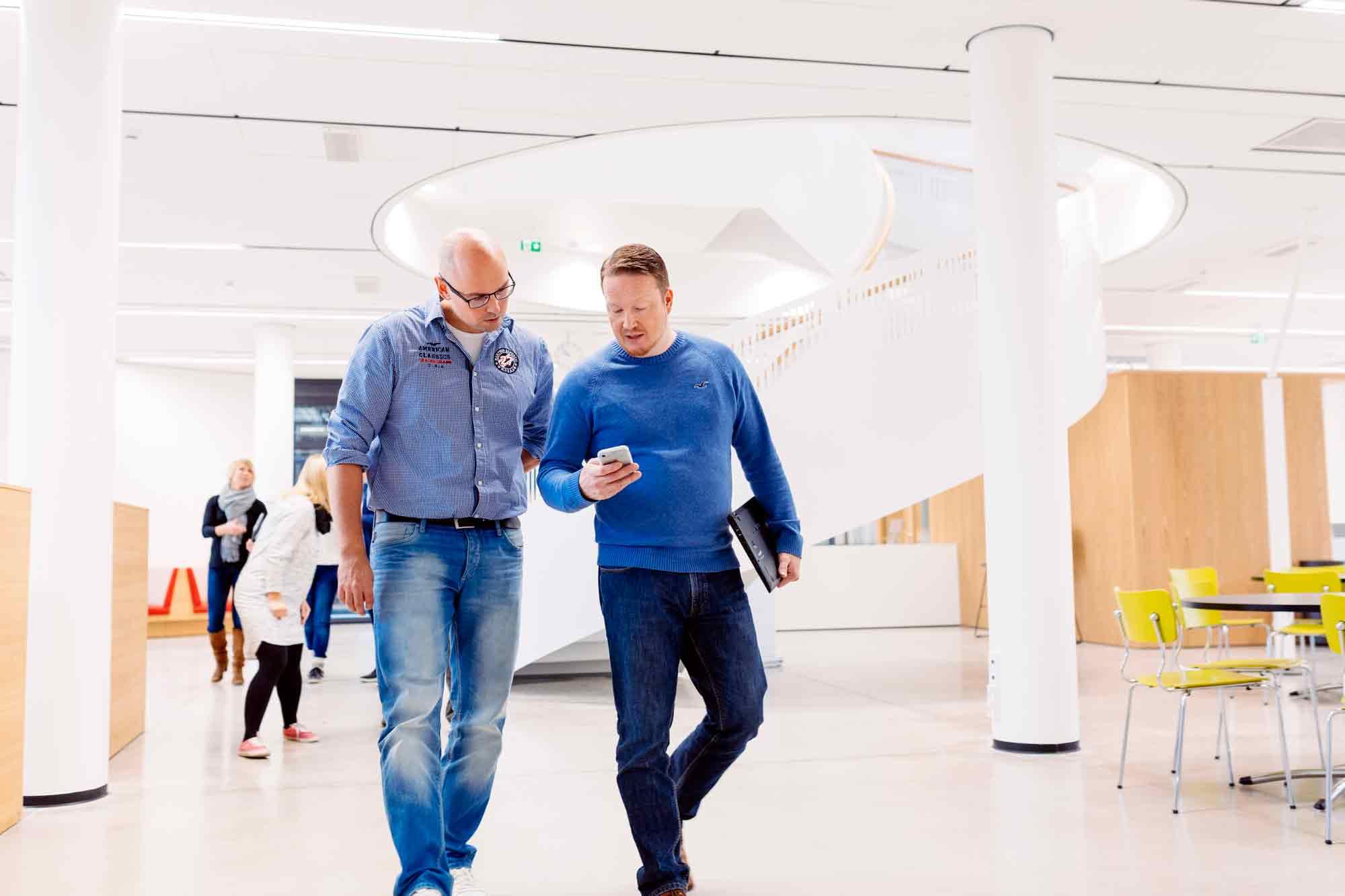 HAMK kuvituskuva kävelevät miehet