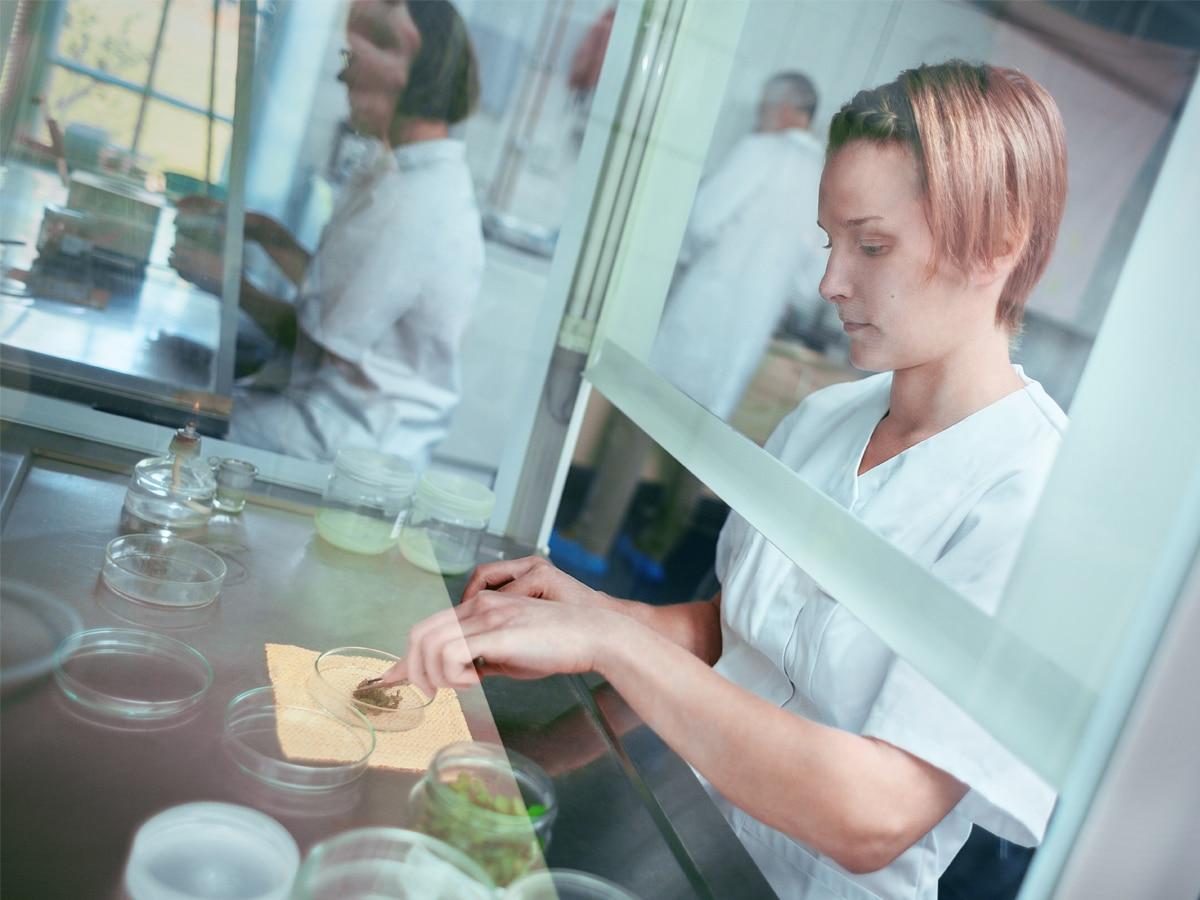 nainen laboratoriossa