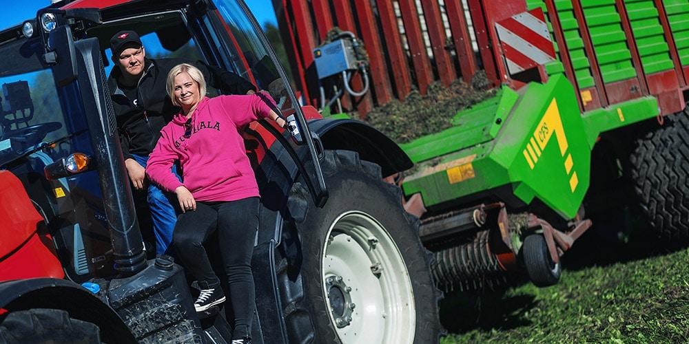 hevostalous opiskelijat poseeraavat traktorissa