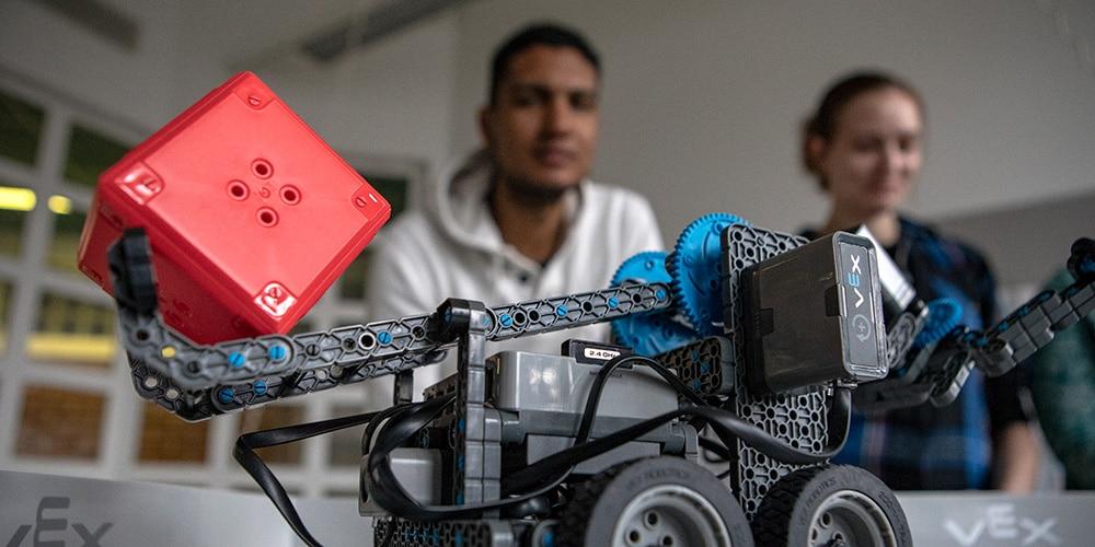 kestavakehitys etualalla opiskelijoiden rakentama robotti