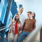liiketalous iloisia opiskelijoita portaikossa