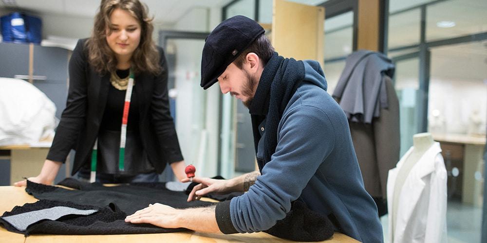 muotoilu opiskelijat kasittelevat kangasta