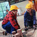rakennetty-ymparisto opiskelijat turvakyparissa rakentavat laatoista