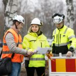 rakennusmestari opiskelijat huomiotakeissa ja turvakyparissa tutkivat paperia