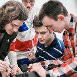 sahko- ja automaatiotekniikka opisjelijat tyoskentelevat pienen teknisen alustan aarella