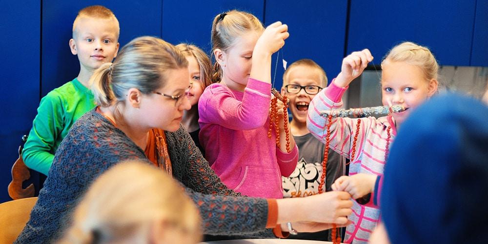 sosionomi iloiset lapset tekevat helmia