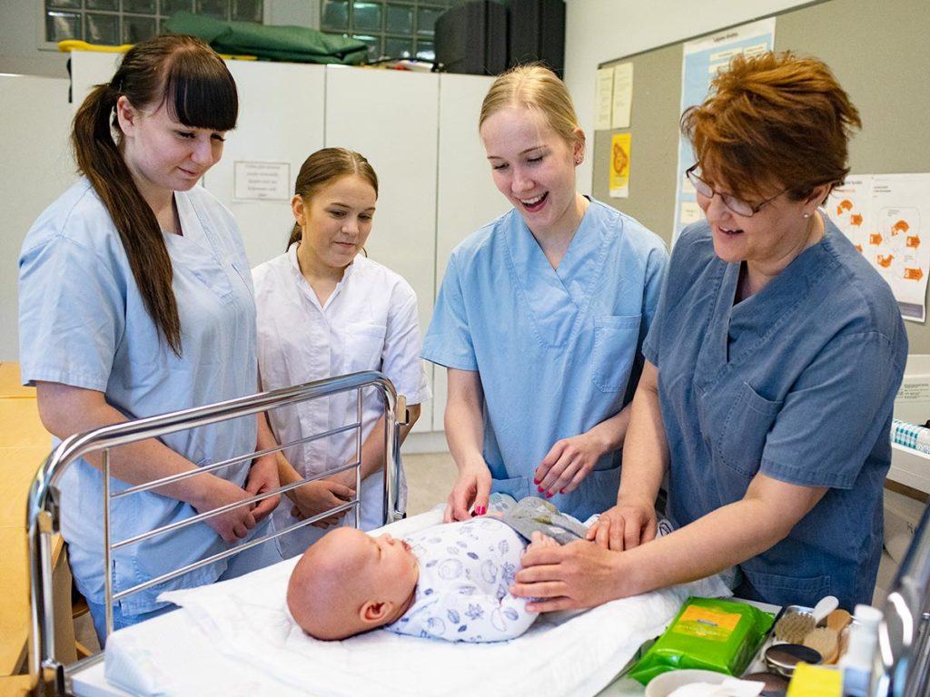 terveydenhoitaja iloiset opiskelijat huolehtivat vauvasta