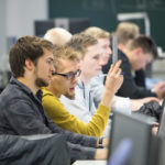 tieto-ja-viestintatekniikka opiskelijat tyoskentelevat tietokoneilla