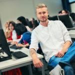 tietojenkasittely opiskelijoita tietokoneilla