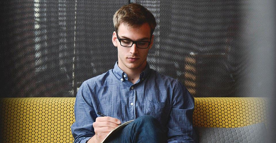 Mies kirjoittamassa