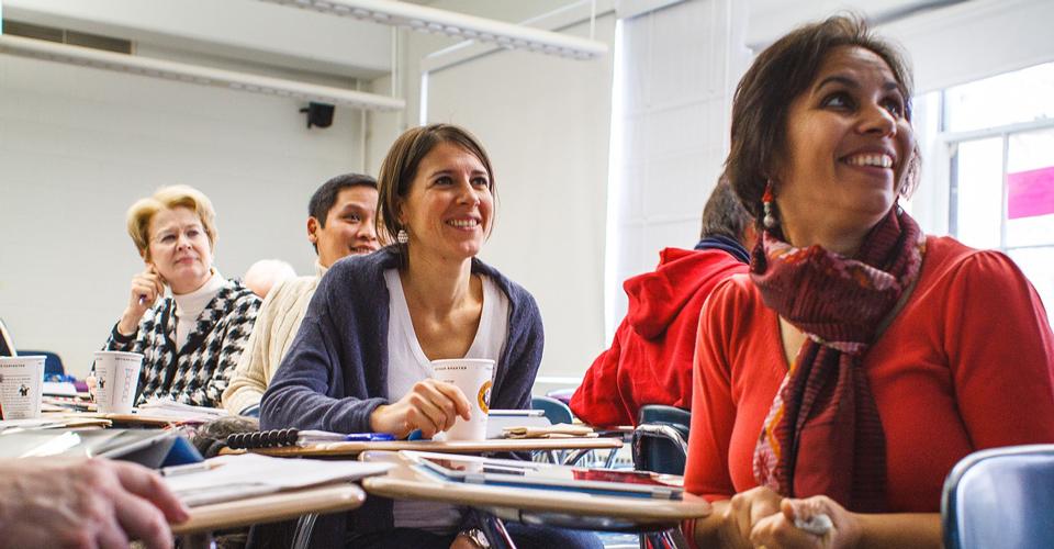 Iloiset ihmiset luokassa