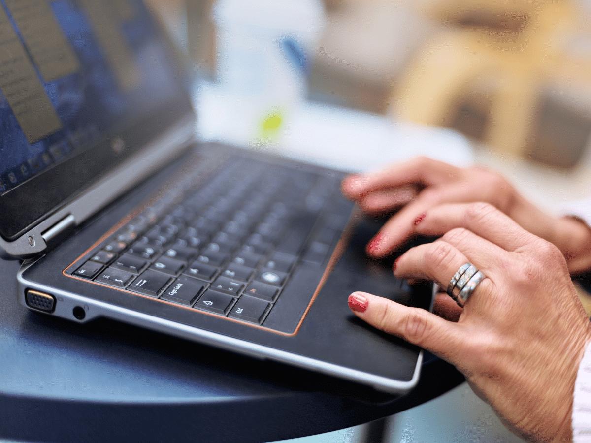 Liiketalouden kehittaminen ihminen kannettavalla tietokoneella