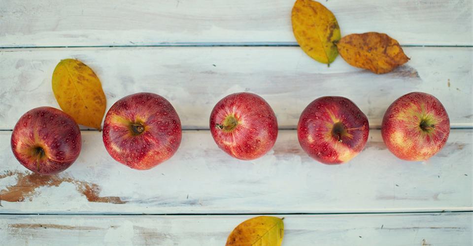 Omenat pöydällä rivissä