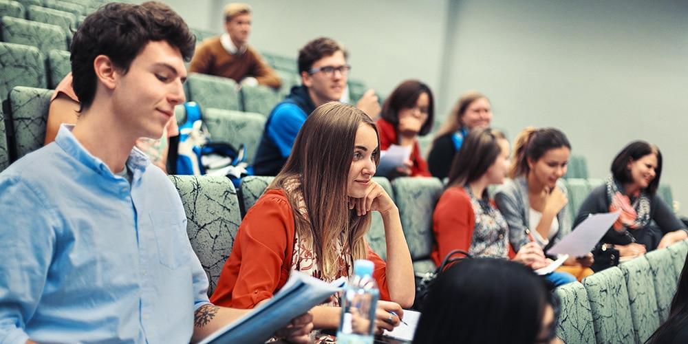 tieto- ja viestintätekniikka opiskelijoita auditoriossa
