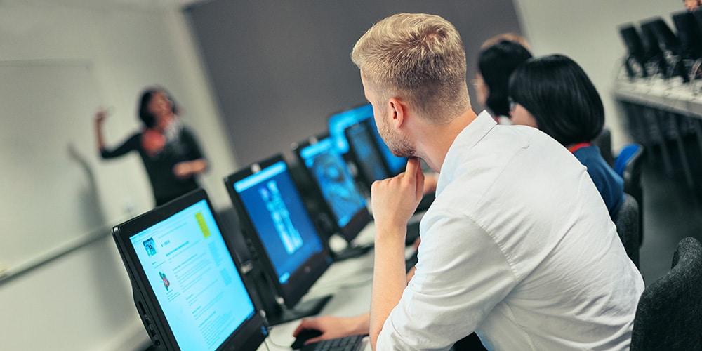 tietojenkasittely opiskelijoita avoimilla tietokoneilla seuraavat opetusta