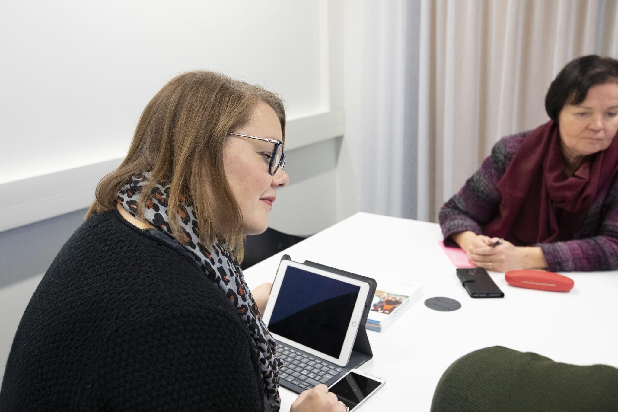 Digiope erikoistumiskoulutus - ihmisiä tietokoneen ääressä