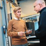 tekniikka ja liikenne taydennyskoulutus kaksi miesta keskustelevat laitteden aaressa