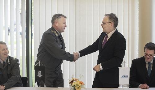 panssariprikaatin komentaja ja HAMKin rehtori kattelevet