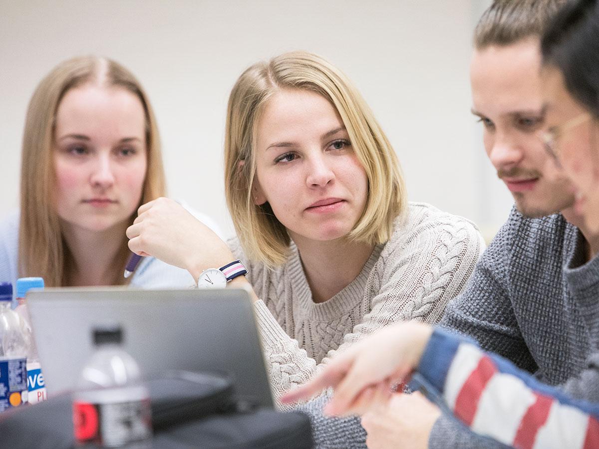 Ihmisia tietokoneen aaressa kuuntelemassa toisiaan