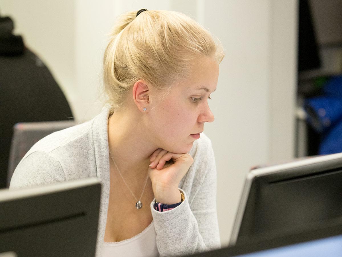 Verkko-opiskelu nainen tietokoneella