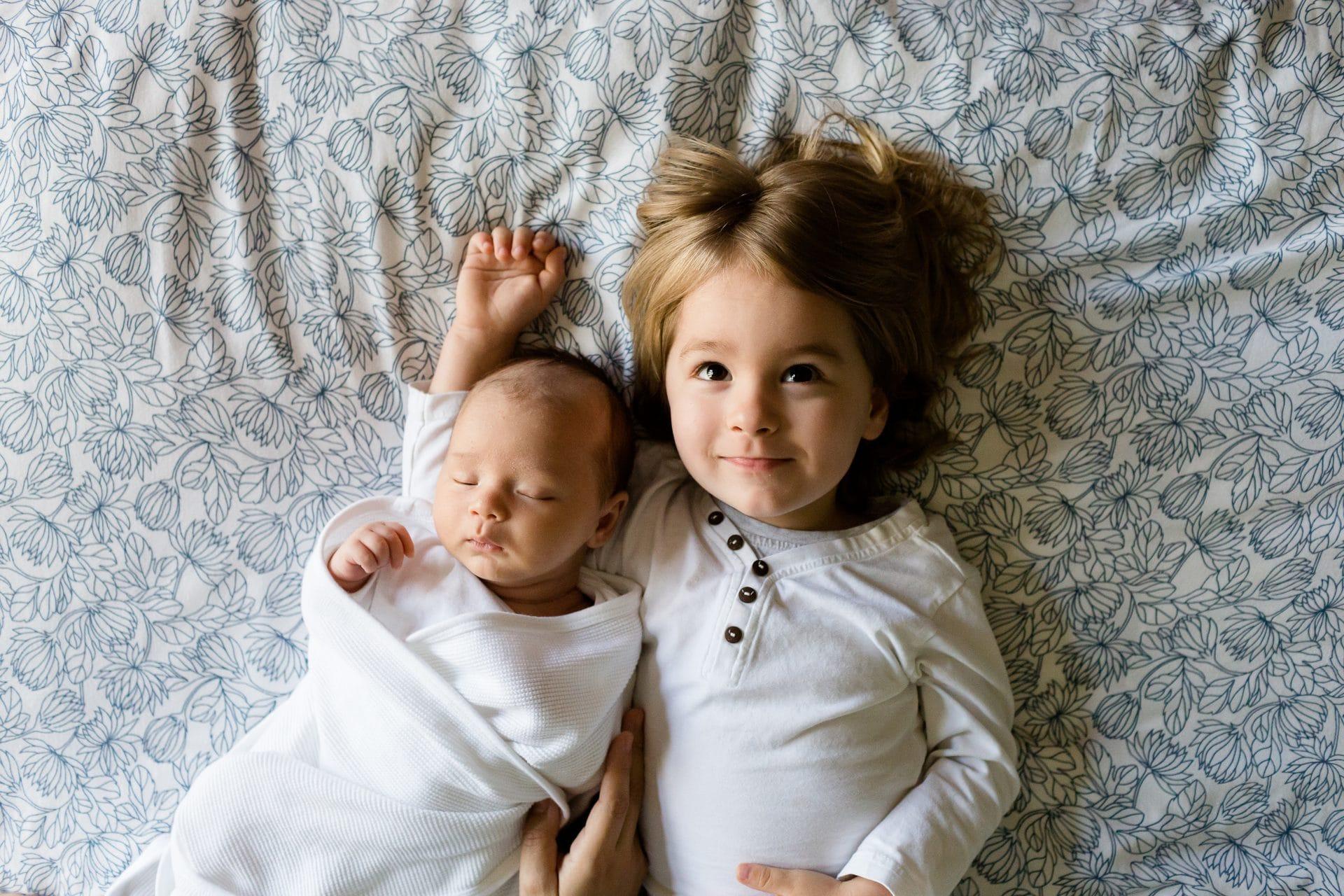 Lapsi ja vauva sängyllä