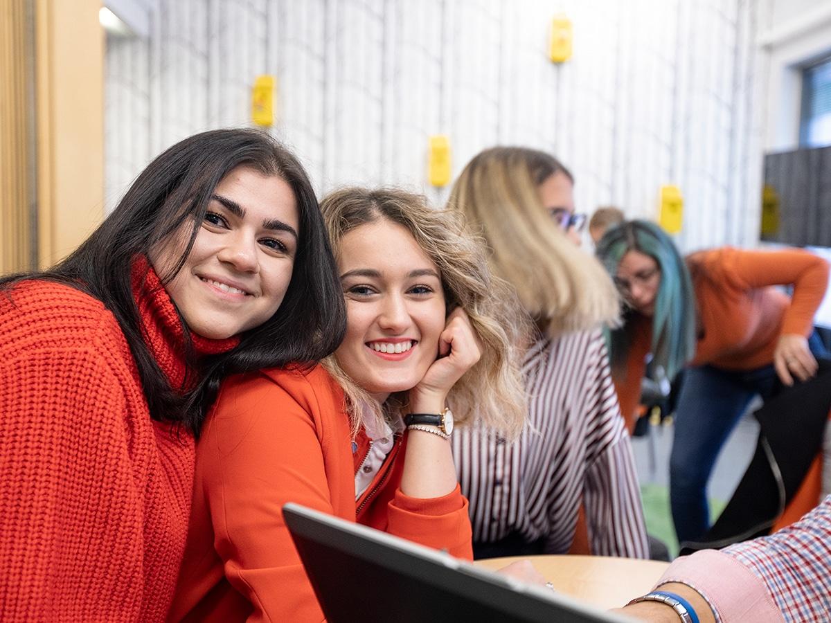Iloisia opiskelijoita