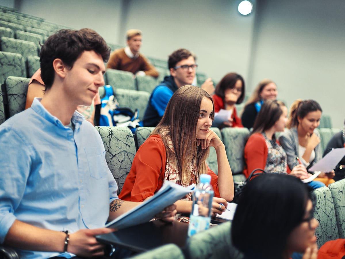 Opiskelijat auditoriossa