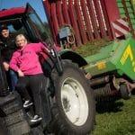 Nainen ja Mies traktorissa