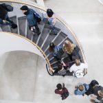 Ihmisiä portaissa