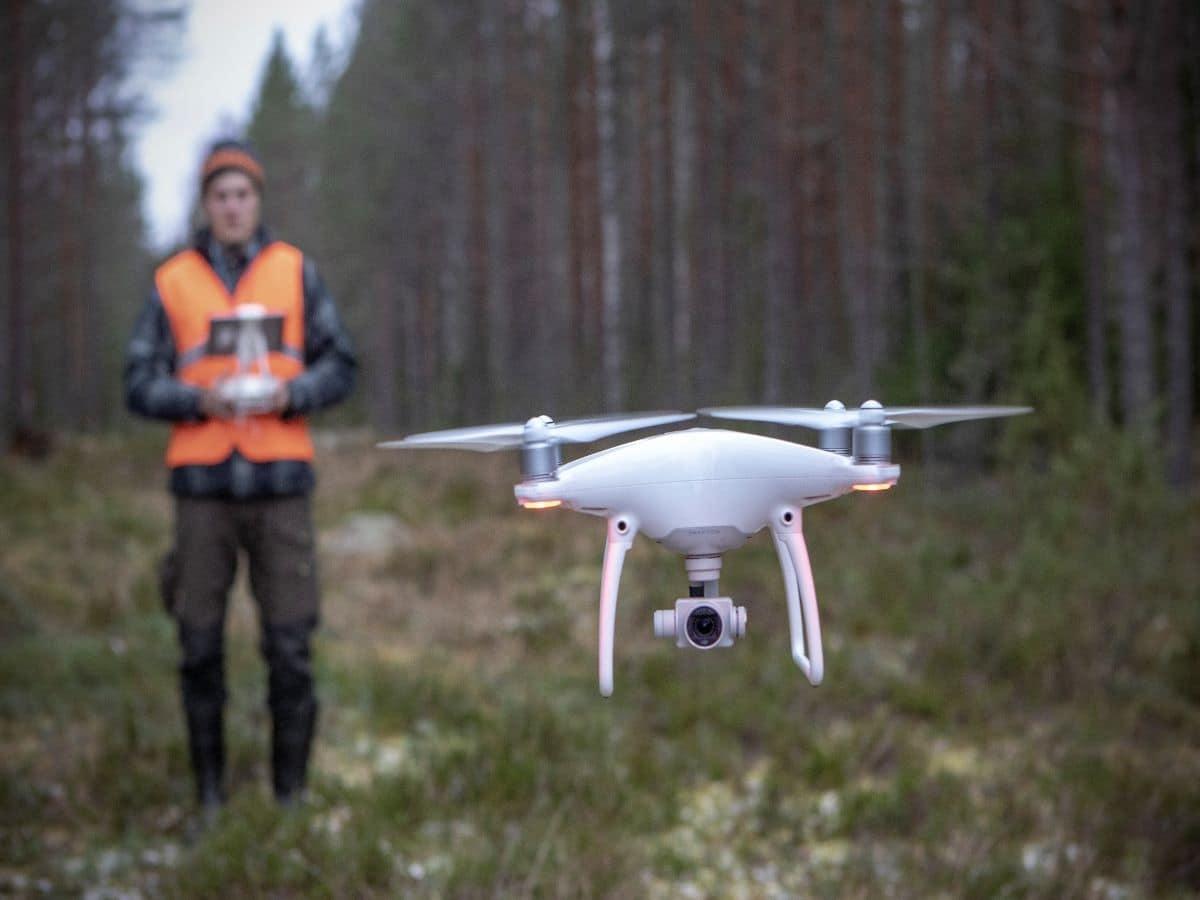 Droonin lennätystä metsässä