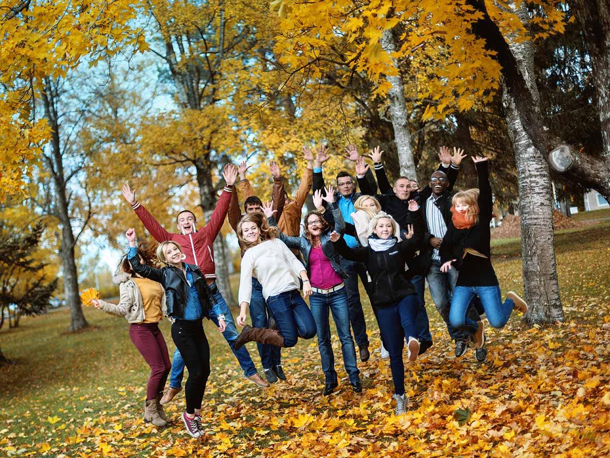 Opiskelijat syksyisessä maisemassa