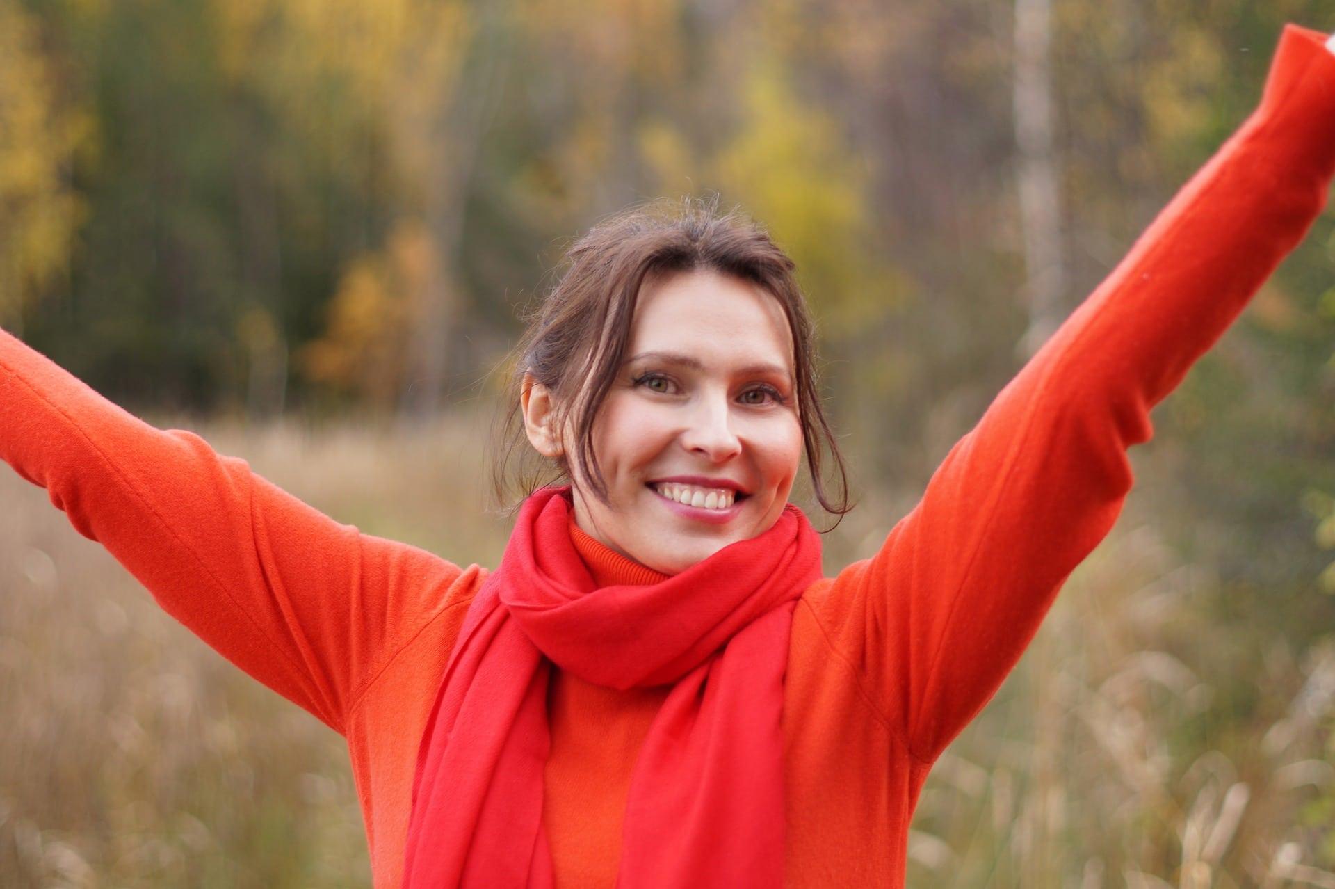 Punapuseroinen nainen