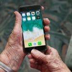 iPhone vanhuksen kädessä