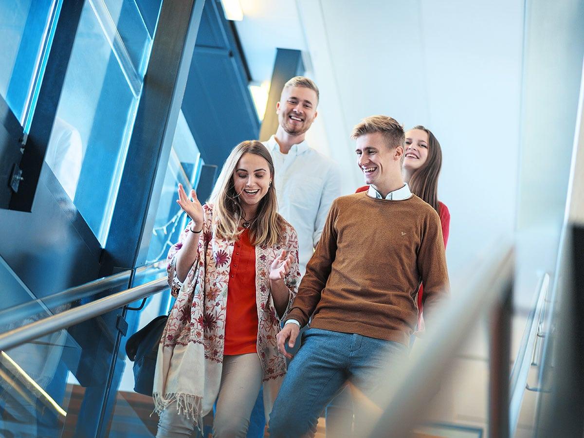 Opiskelijat kävelevät portaissa.