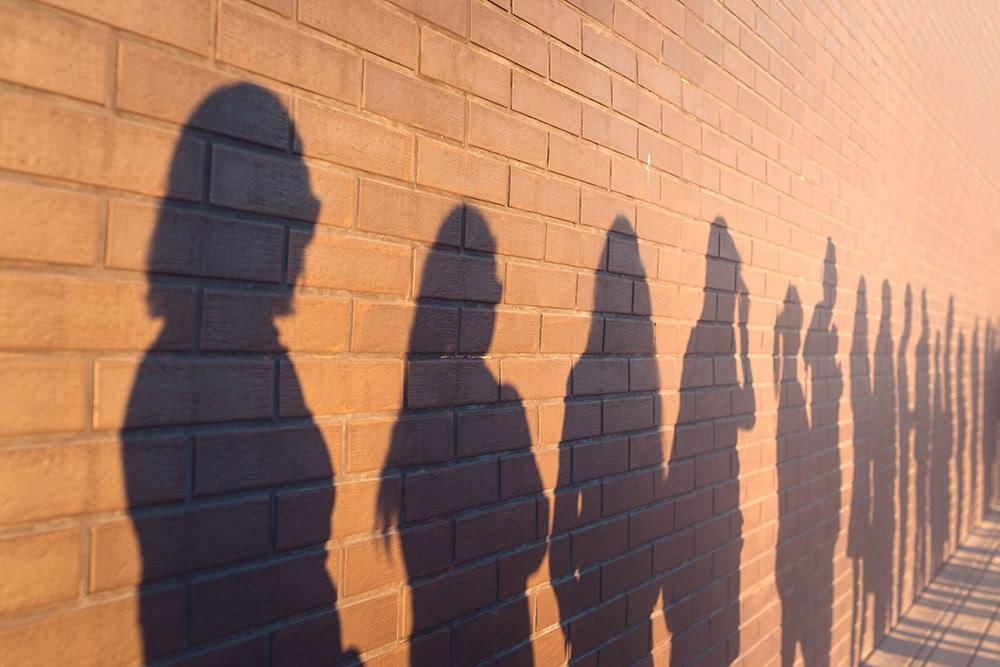 Ihmisten varjot seinällä