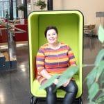 Vuoden alumni Elina Lämsä istuu tuolilla
