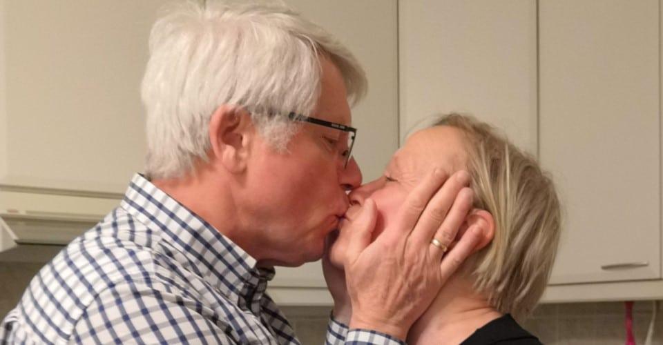 Eläkeläiset suutelevat