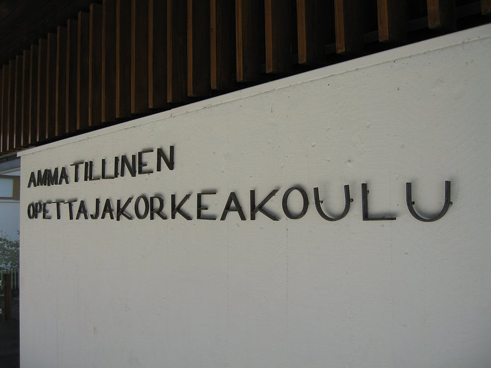 Ammatillinen opettajakorkeakoulu -teksti seinässä