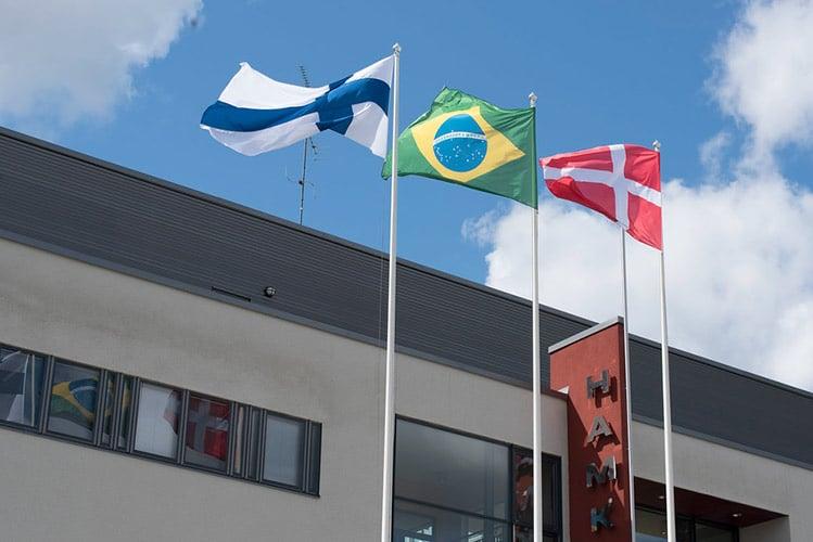 Kolmen maa liput liehuvat kampuksella