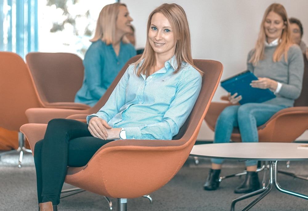 Naisia istumassa nojatuoleilla