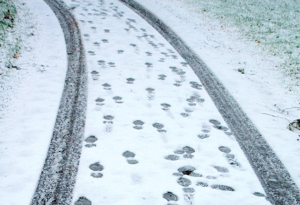 Jalanjälkiä lumessa