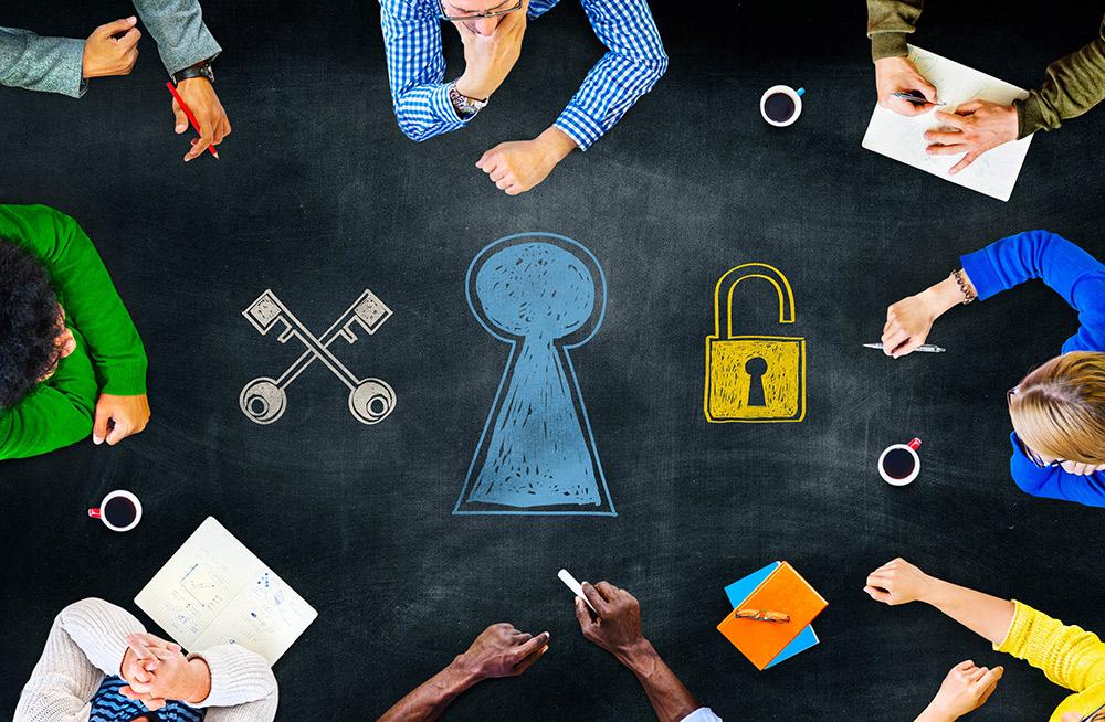 Lukko, avaimia, pohtivia ihmisiä