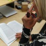 Opiskelija lukee älysormus sormessa