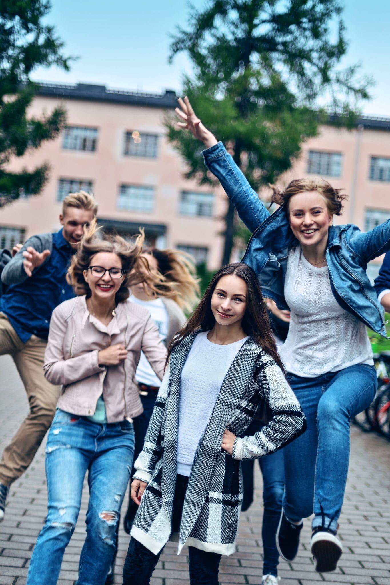 Oppilaat kampuksen pihalla