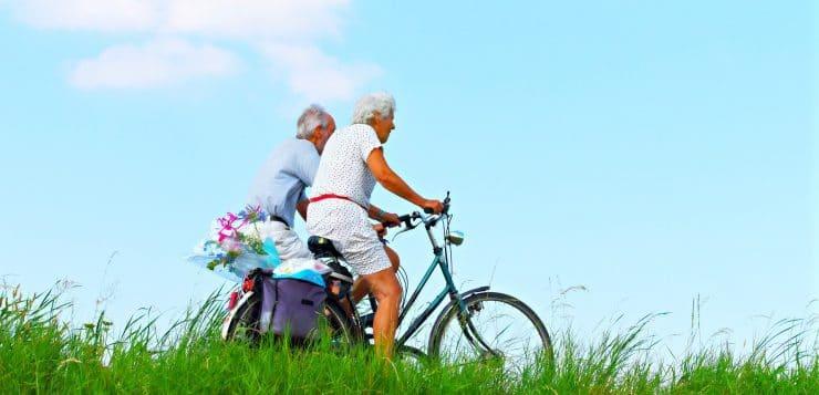 Mies ja nainen pyöräilemässä