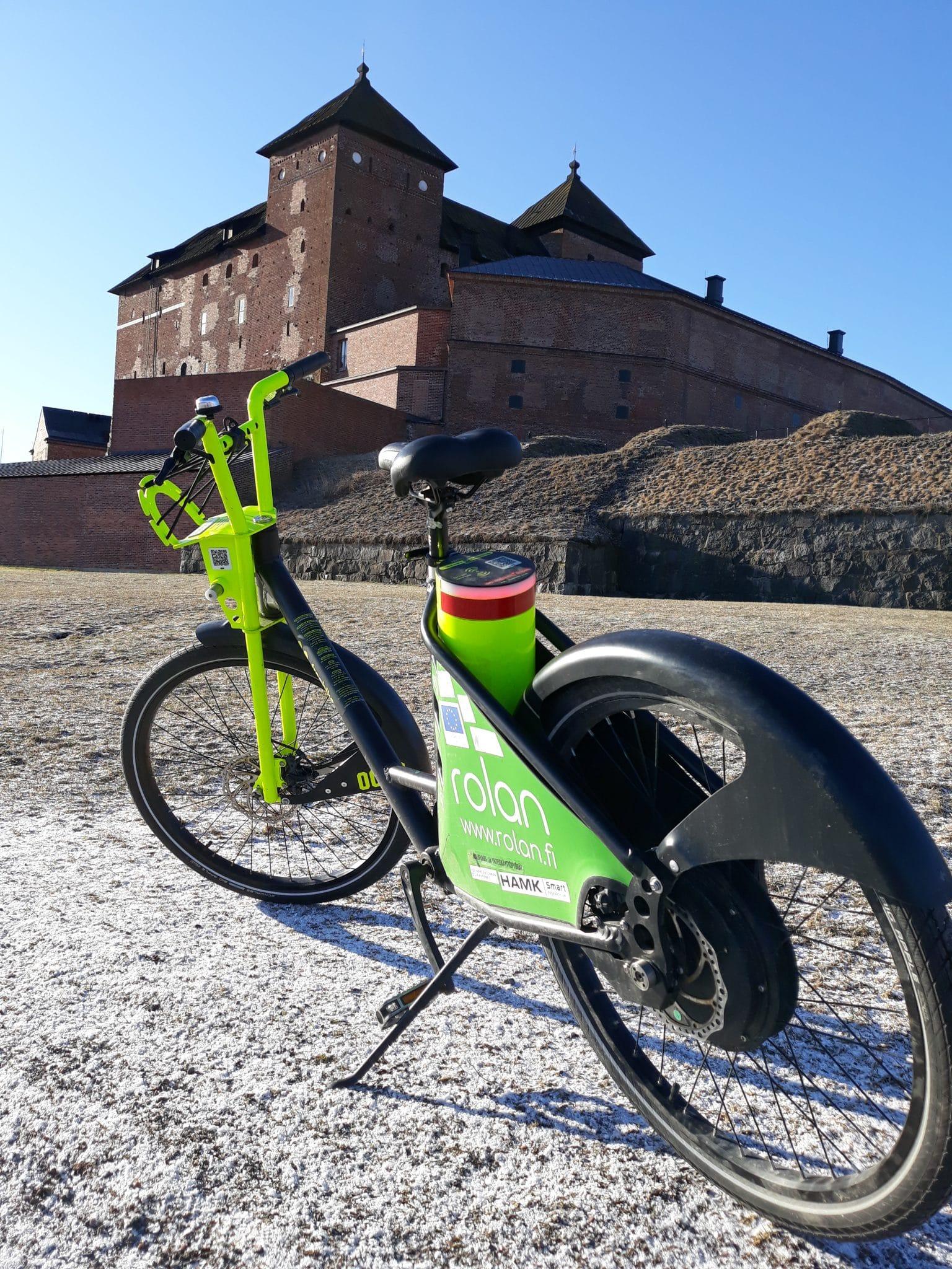 Kaupunkisähköpyörä parkkeerattuna Hämeen linnan edustalla