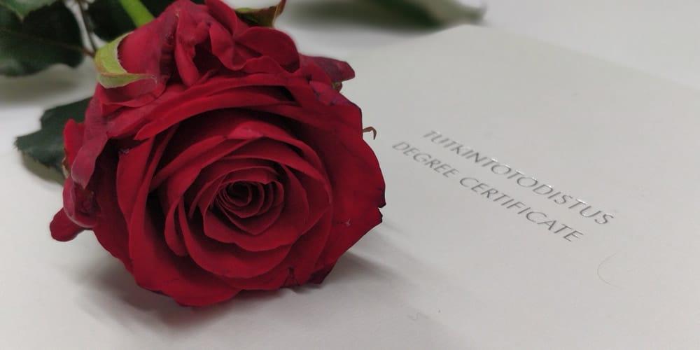 valmistuvan ruusu ja tutkintotodistus
