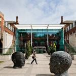 Kuva Hull University Business Schoolin sisäänkäynnistä