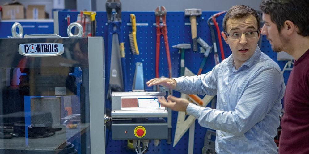 työntekijät tutkivat laitetta