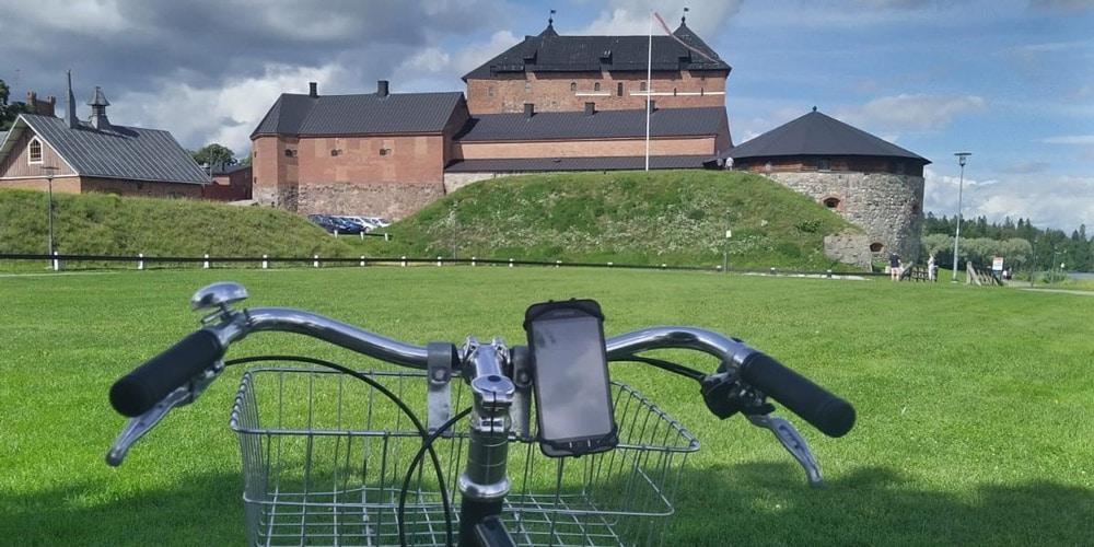 polkupyörä, taustalla Hämeen linna